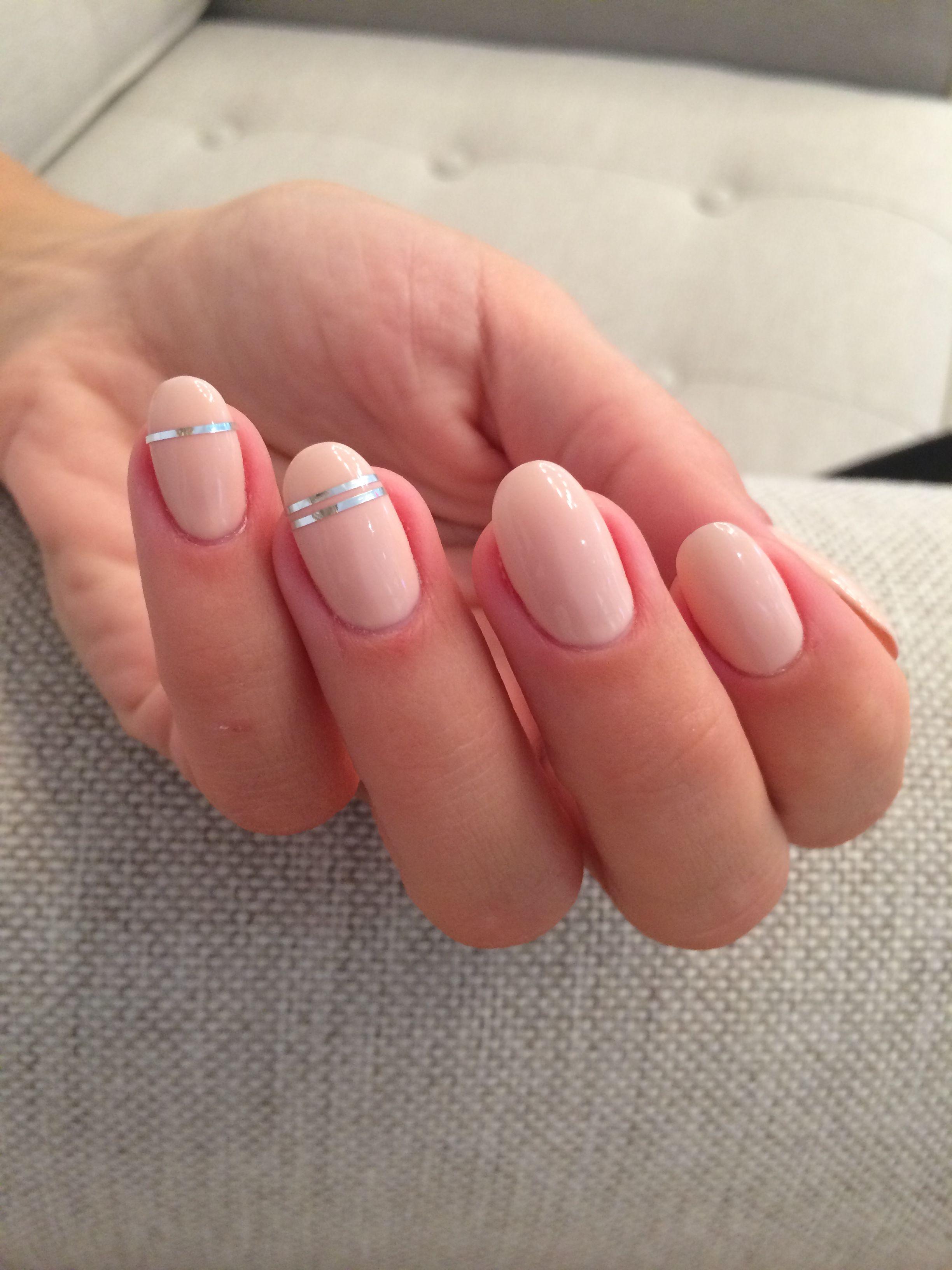 Manicure ślubny, fot. ELLE
