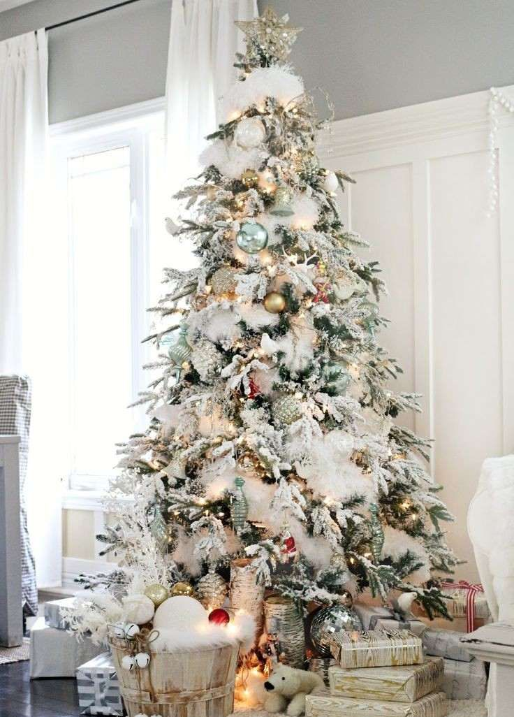 grand sapin de Noël blanc décoré de guirlandes blanches