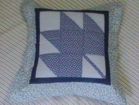 Capa de almofada em patchwork e quilt feito à mão com tecido 100% algodão.