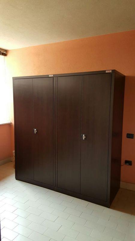 Este es un práctico y elegante closet decovicmaca en tono