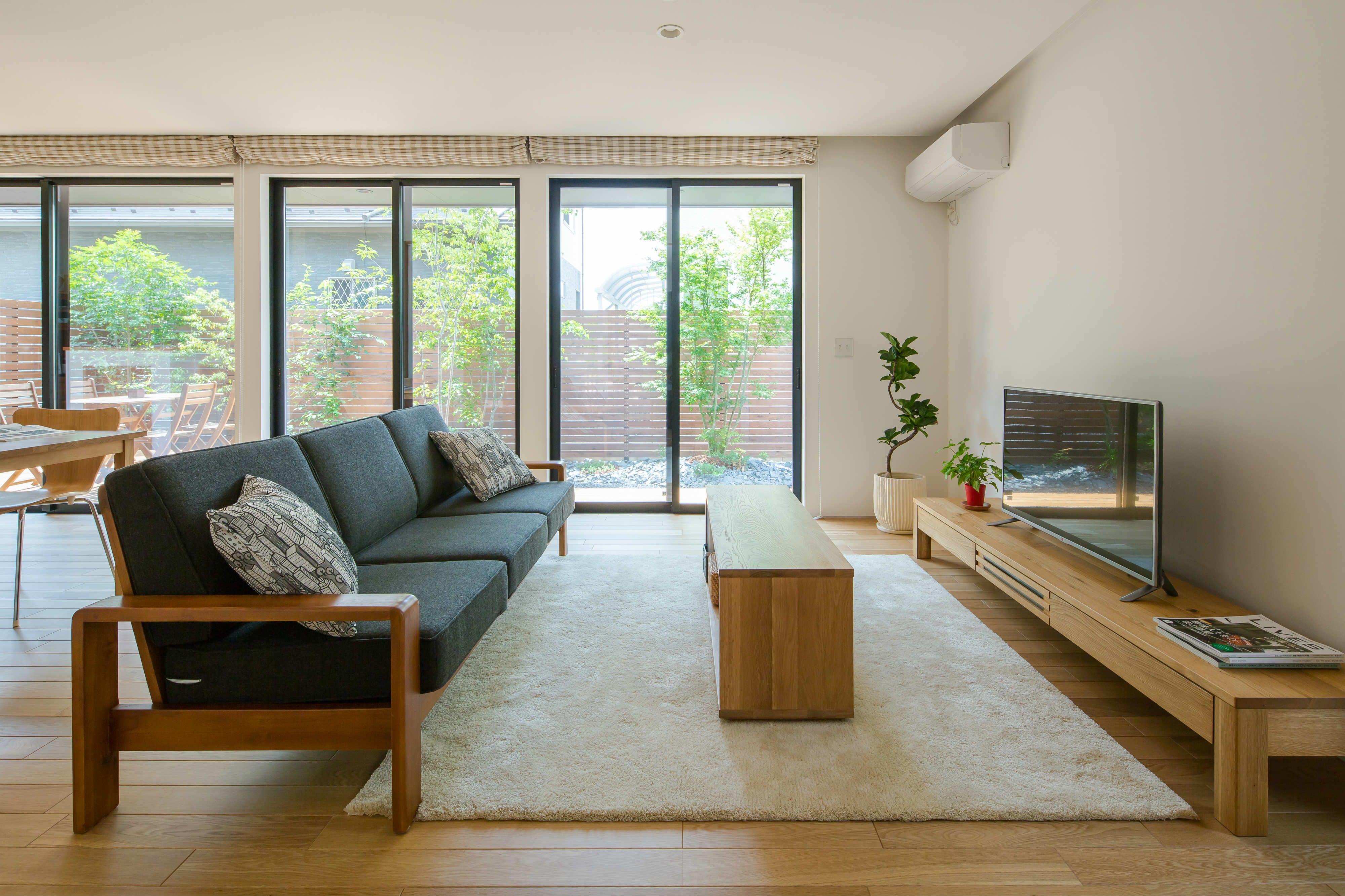 庭の緑を絵のように切り取る 3つの大きな窓 床にはリラックスできる