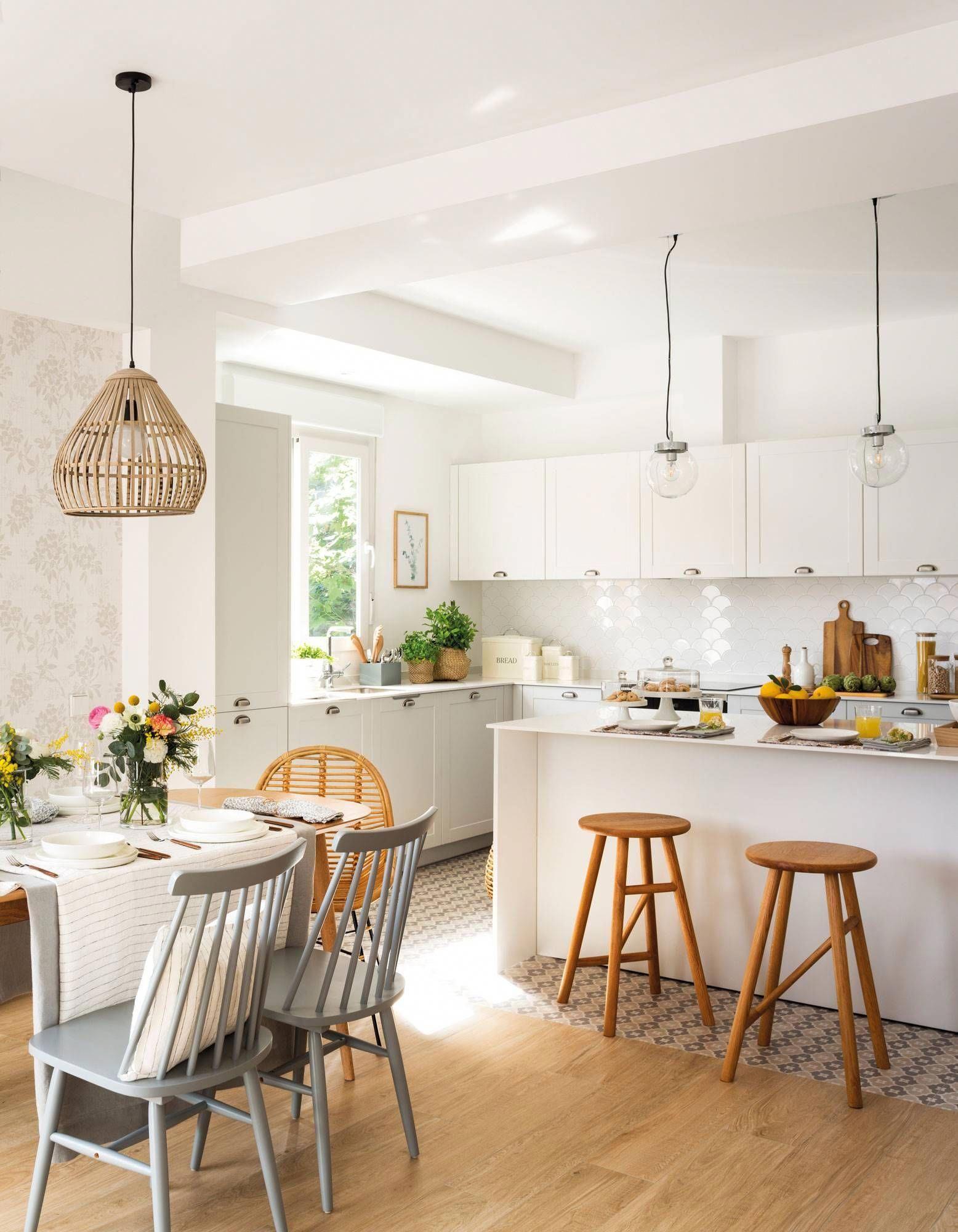 Cocina Abierta Al Comedor Con Muebles Blancos Y Barra Con Taburetes Elmueble Cocinas Cocinasmodernaside Home Kitchens Simple Kitchen Small American Kitchens