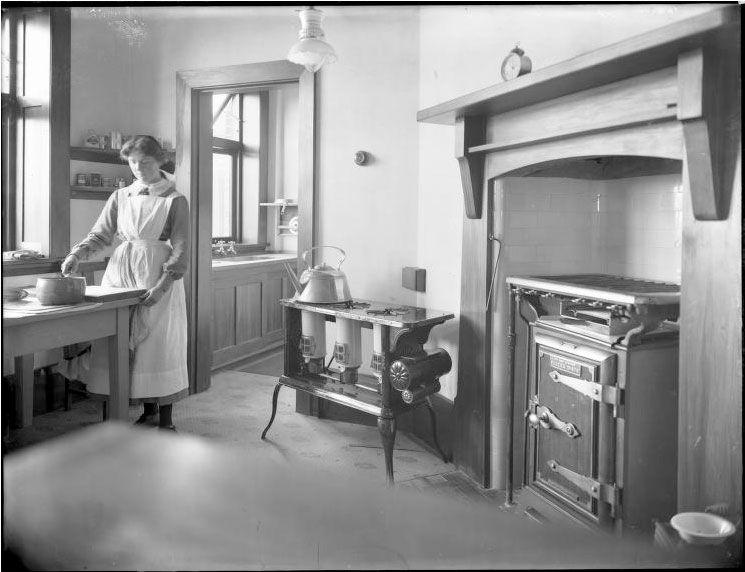 1915 kitchens work in kitchen, 1915. Source The Press