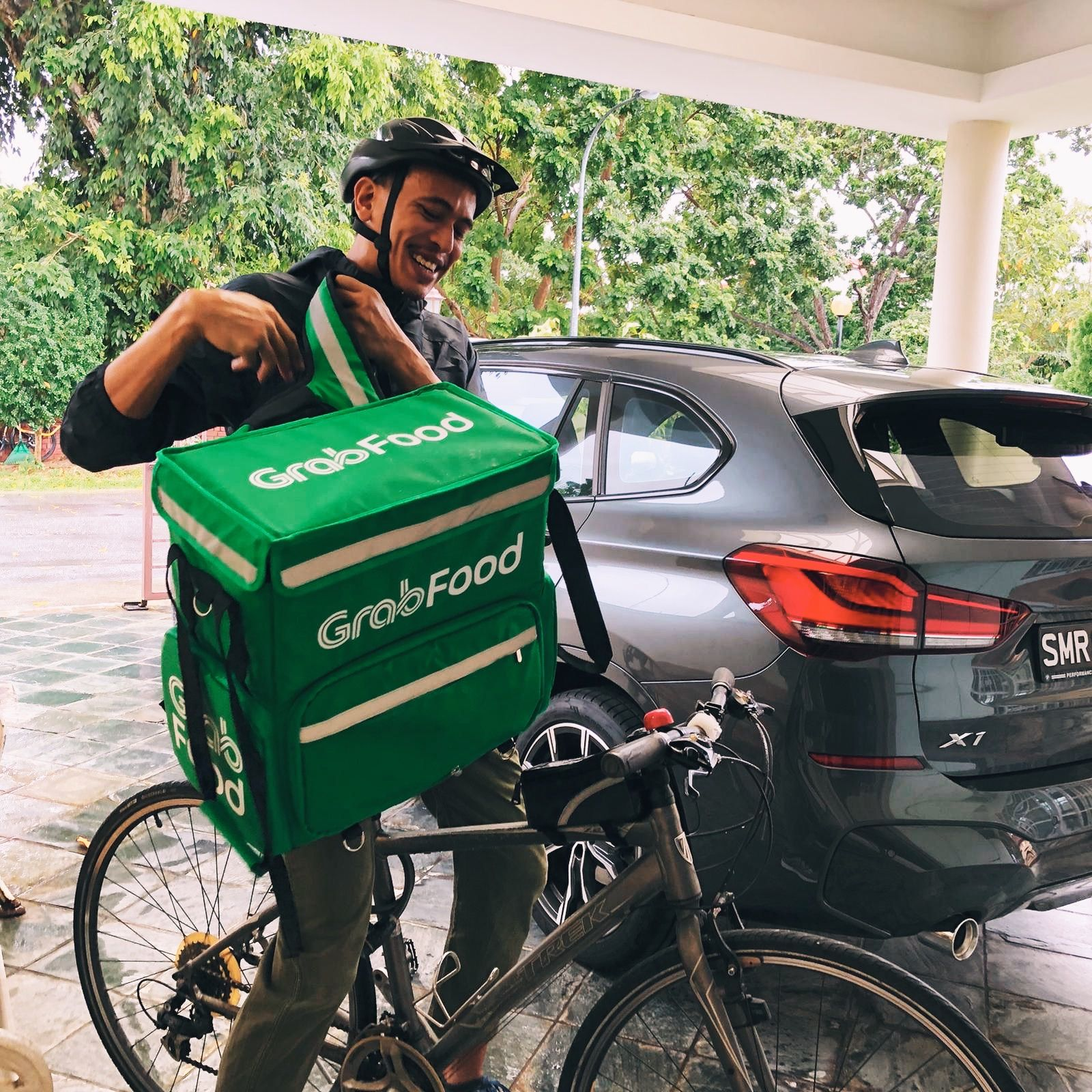 The Two Sides of Singapore, As Seen By A Food Delivery
