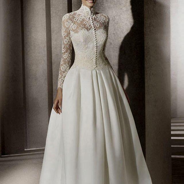 Hochgeschlossenes Hochzeitskleid