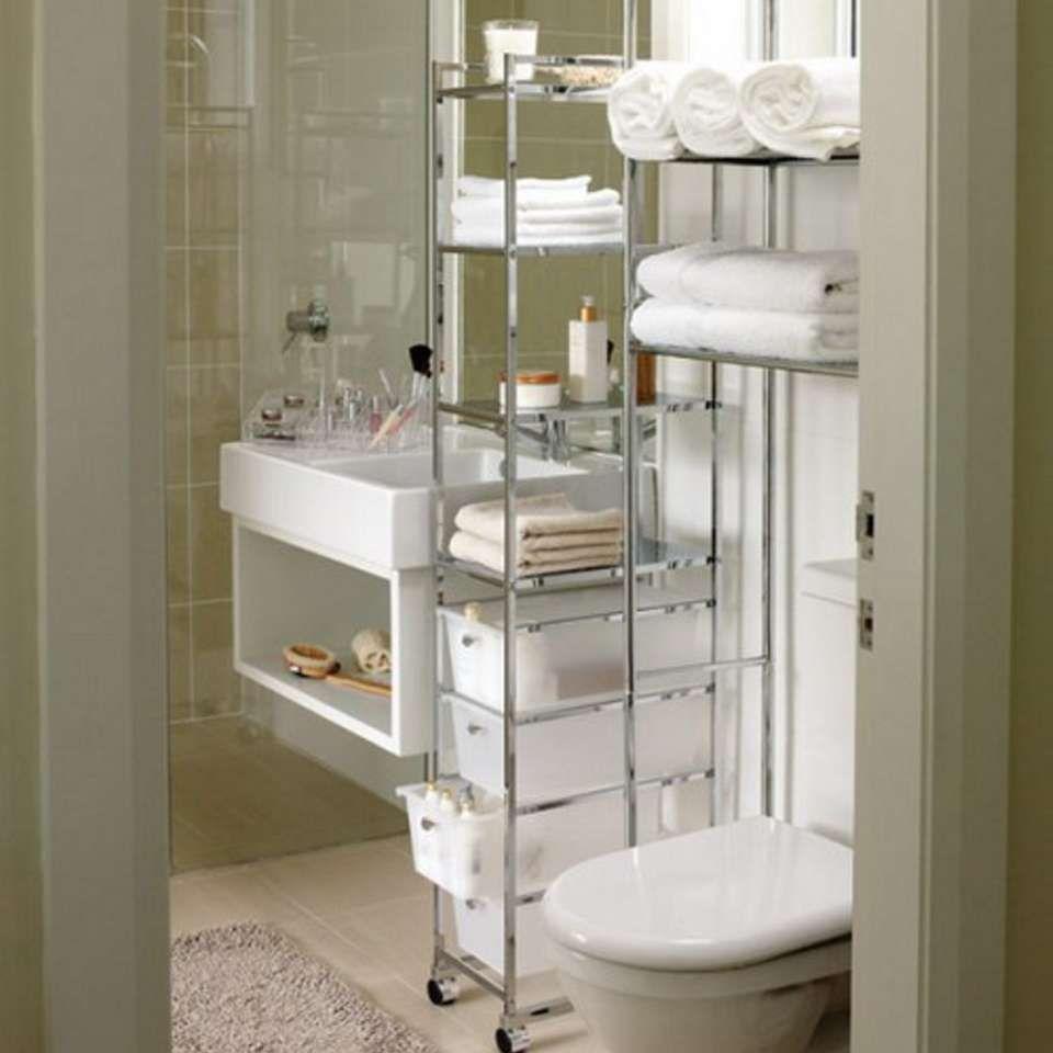 SMALT SKAP: En smal hylle kan settes inn på et trangt område, som mellom vasken og toalettet.