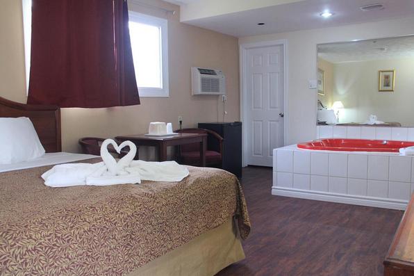 Honeymoon Suite King Heart Shaped Jacuzzi At Cbvi Niagara Falls 289 296 2844 Honeymoon Suite Home Decor Home