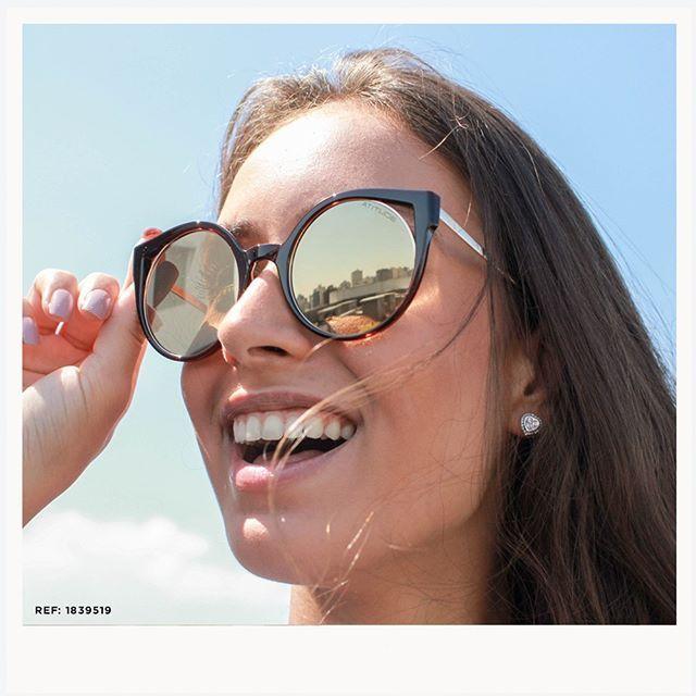 Os óculos de sol espelhados são tendência da estação! REF  18399519  Safira   SafiraOnline  ÉPraVocê  ÓculosdeSol  Atitude  Espelhado  Verão dcd8465ea9