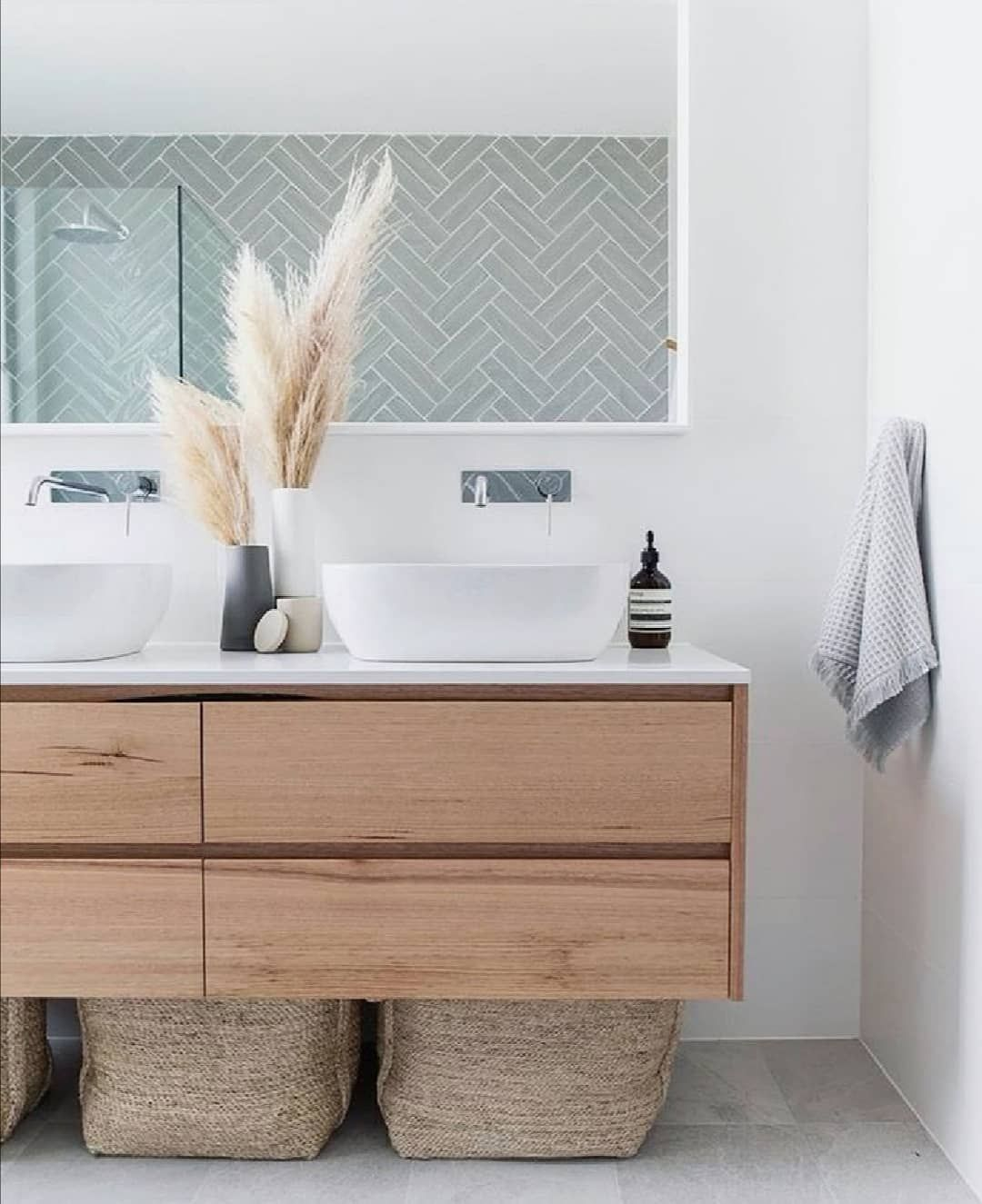 Dieses Badezimmer Hat Es Uns Total Angetan Der Mix Aus Holz Grau Und Weiss Dazu Noch Naturkorbe Und Badezimmer Bad Styling Bad Inspiration