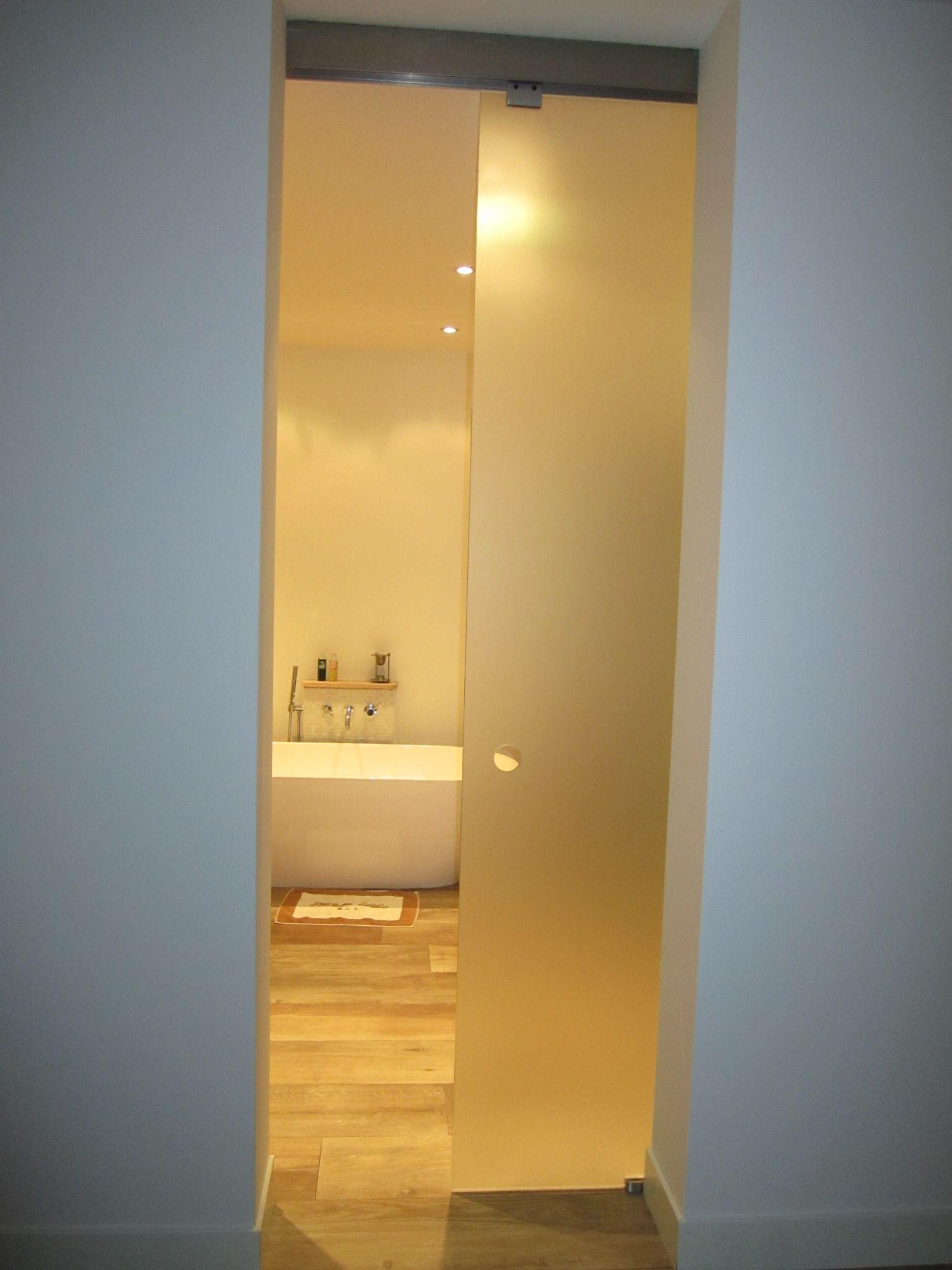 chique badkamer afgesloten met glazen schuifdeur olaf uitgevoerd