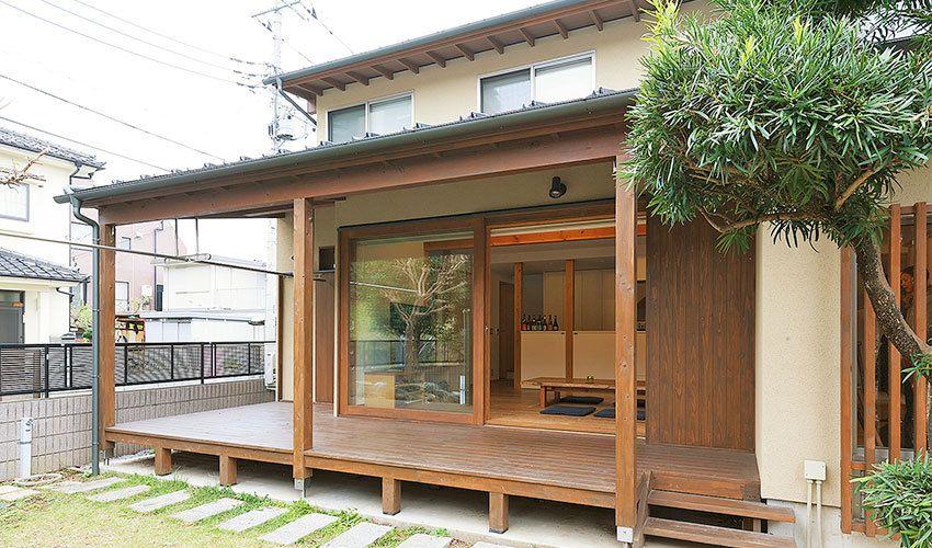 大勢の仲間が集まれる外に開放した 和の住まい の間取り実例 縁側のある家 住宅 外観 伝統的な日本家屋