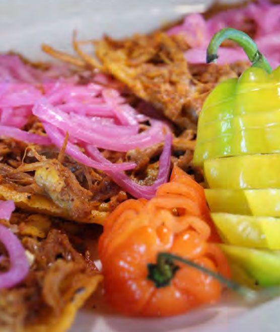 La gastronomía de Riviera Maya se compone basicamente de mariscos y pescados cocinados de múltiples maneras, así como de platillos típicos de la península de Yucatán, que surgen de la mezcla de sabores ancestrales de los Mayas y las aportaciones de los españoles. Esta cocina utiliza una gran variedad de especias como el chile dulce, el chile xcatic, la cebolla morada, el cilantro y el achiote. #GastronomiaMexicana #chiles #RivieraMaya #comida