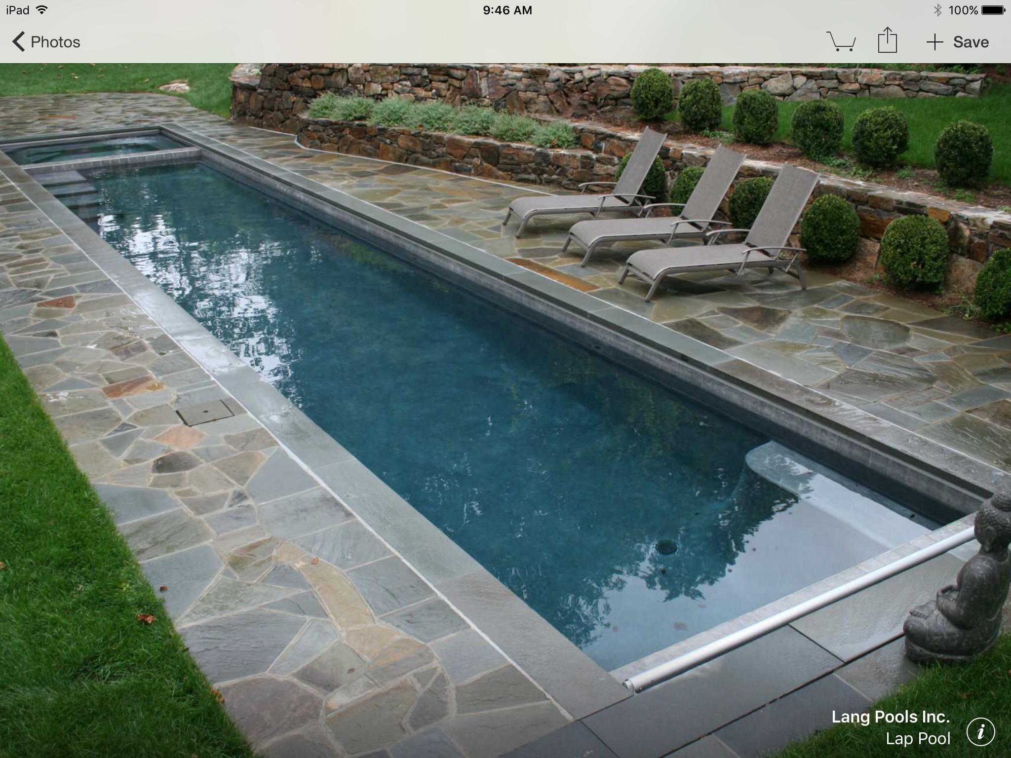 Beckenformen, Langer Pool, Schwimmbecken, Hinterhofideen, Gartenideen, Pool  Anlagen, Aussenpool, Chaiselongues, Große Häuser