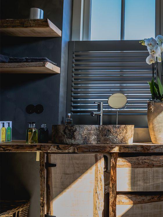 Karakteristieke houten badkamer met Piet Boon shutters by Zonnelux ...