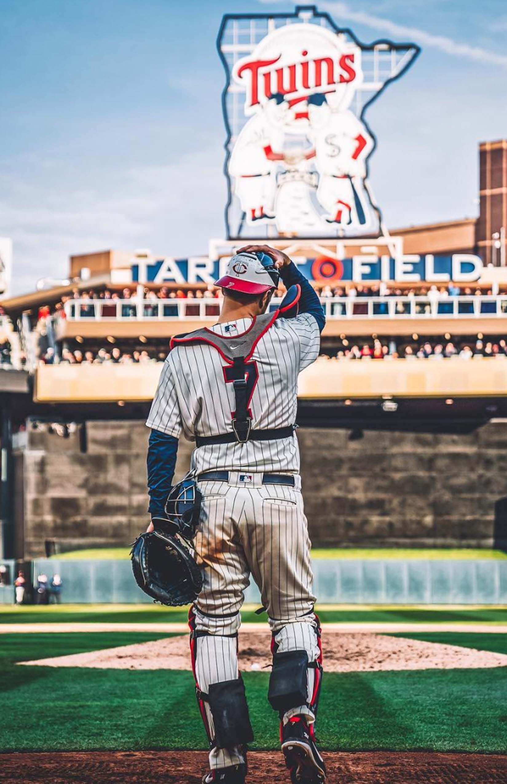Joe Mauer Puts On The Tools Of Ignorance Once Last Time Greatest Catcher Twins History Minnesota Twins Twins Baseball Minnesota Twins Baseball