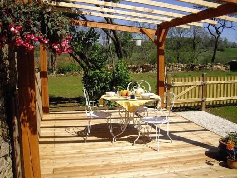 Kleine Terrassen mit Möbeln und Pflanzen schmücken