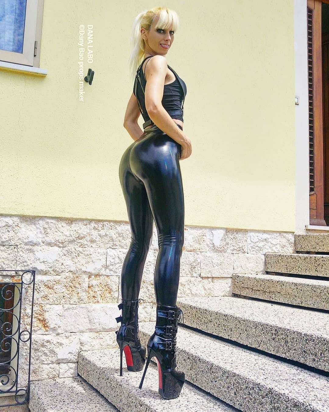Pin von HeLo auf HOT | Outfit, Frauen in leggings, Leder