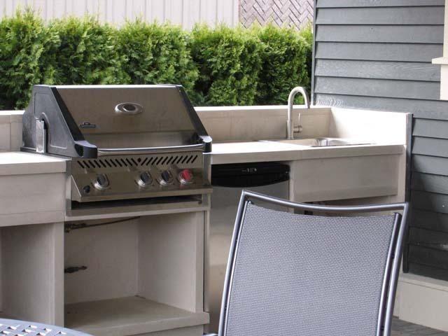 Barbecue fixe fonctionnel et esthétique dans le jardin moderne - plan de travail pour barbecue exterieur