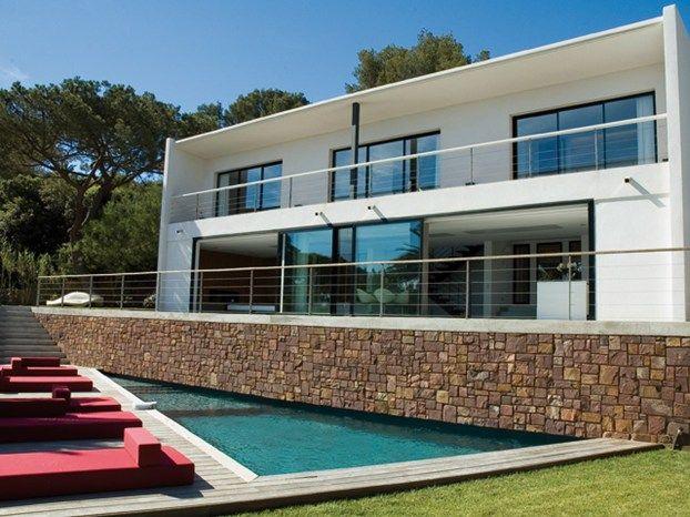 Abitare a St. Tropez: l'architetto Vincent Coste rielabora una villa degli anni Sessanta. http://www.leonardo.tv/abitare-nel-mondo/villa-st-tropez-interior-design