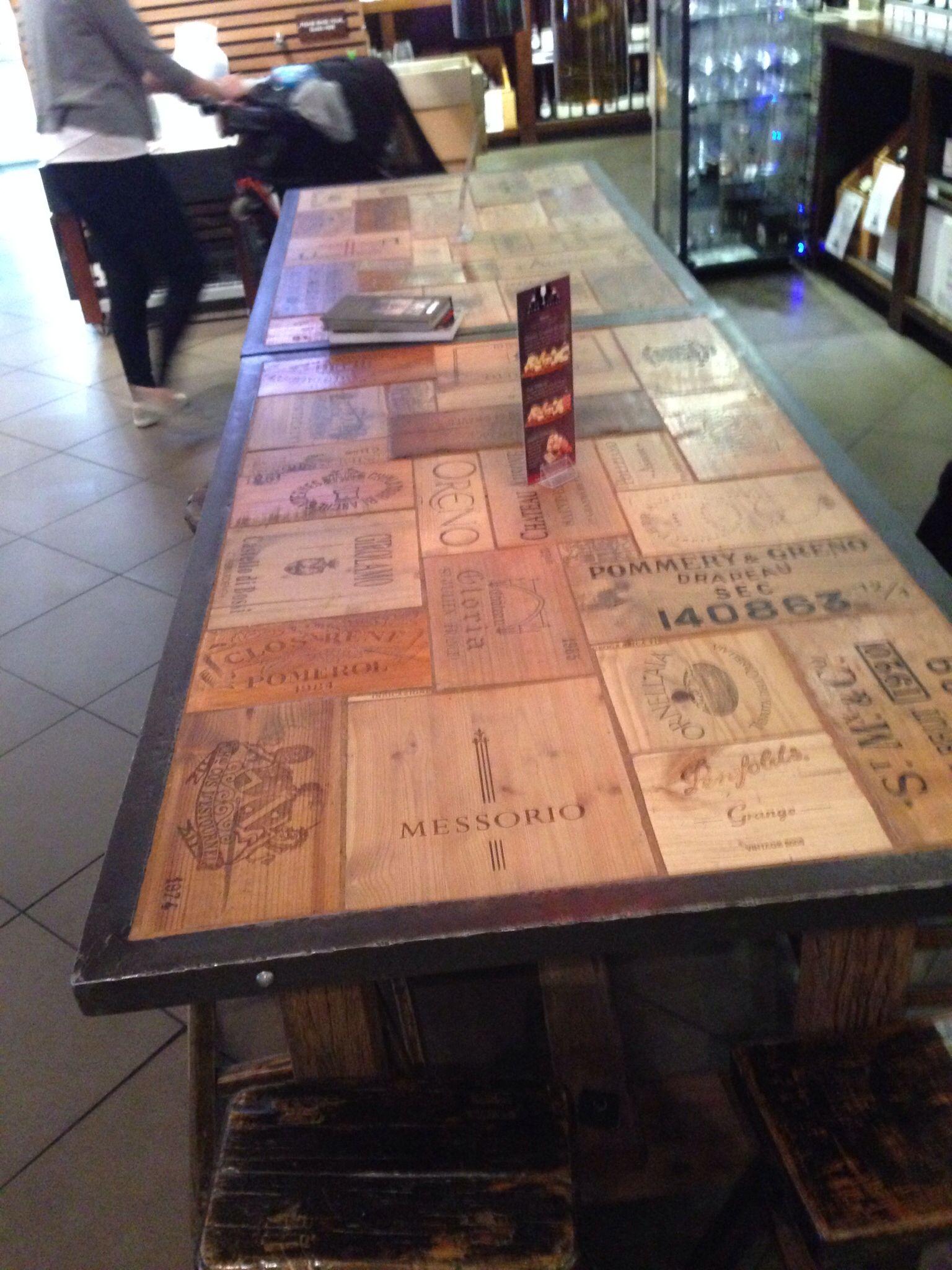 Vintage wine case tabletop tafel waarvan het bovenblad van oude