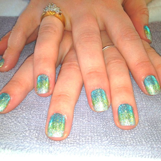 This is beautiful!!! Mermaid style shellac nails with sparkles:)