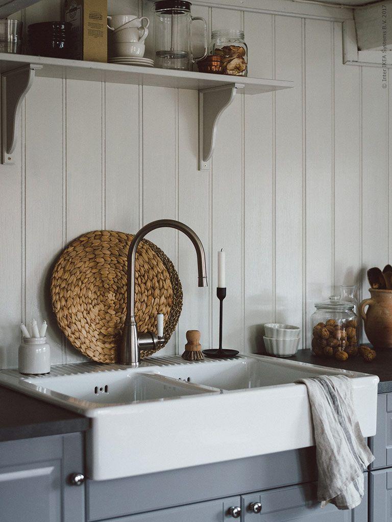 hier haben wir eine traditionelle k che mit einem wei en aufsatzwaschbecken und einer modernen. Black Bedroom Furniture Sets. Home Design Ideas