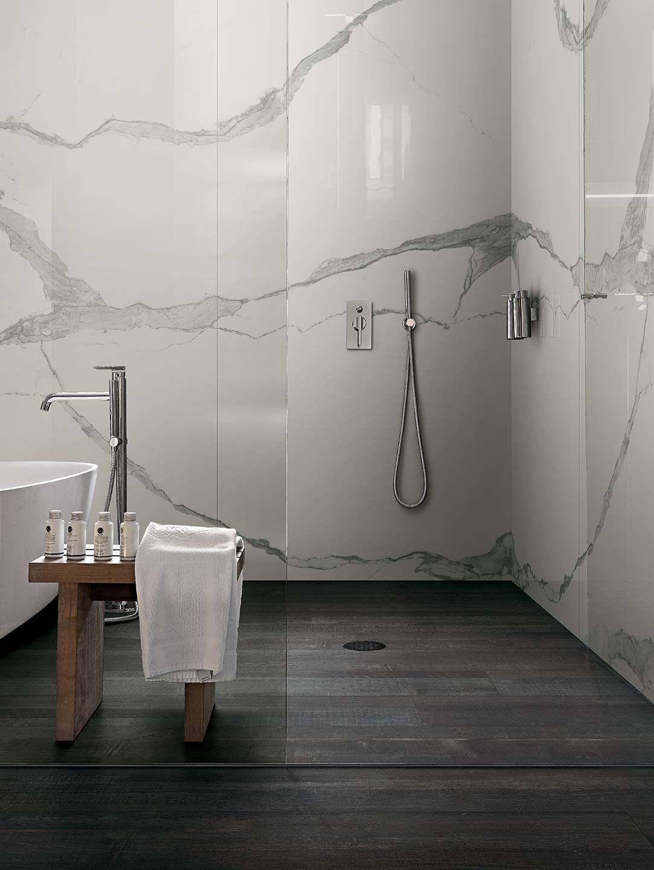 Carrelage de salle de bain aspect parquet noir et marbre for Salle de bain sol noir