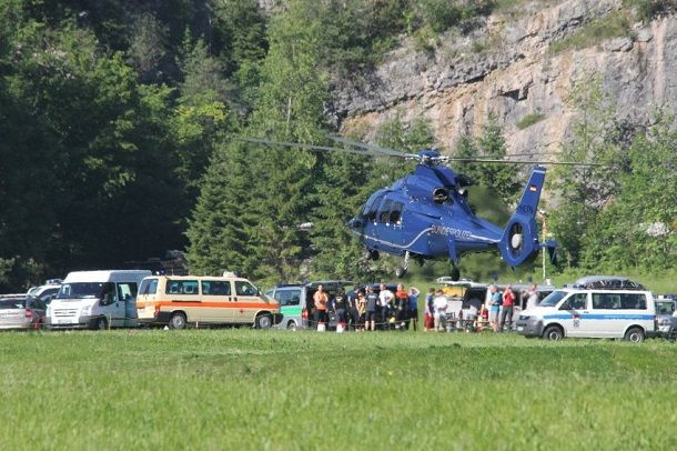Severely injured in Alps Cave: Trapped in 1000 meters depth / Breaking News - In the Berchtesgaden Alps, a seriously injured man is stuck in 1000 meters deep in a cave. Helpers have started a complicated rescue operation, some 200 emergency personnel are in use.