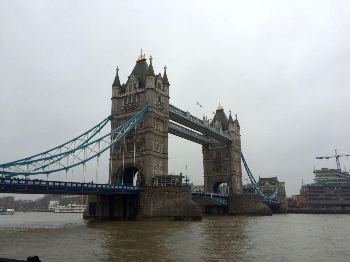 Tower Bridge à Londres sous la pluie