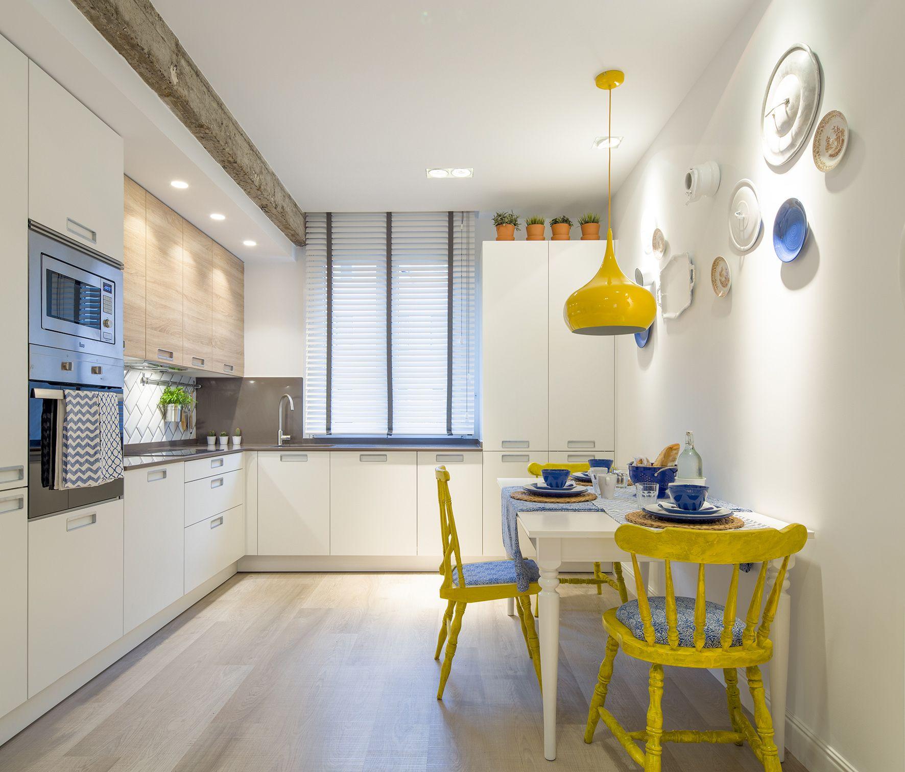 Cocina modelo ariane de la casa santos en acabado blanco y for Sillas amarillas comedor