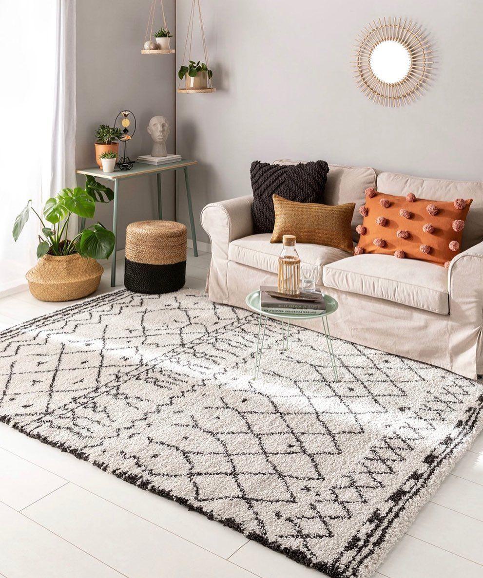 I love how quirky boho rugs are! . . . #bohemianrug #boho #newbuild #newbuildjourney #newhome #bohorugs #bedroom #bedroomideas #bedroomdecor #accessories #home #housetohome #farrowandball #settingplaster #bohostyle #bohobedroom #interiors #bohoofeelings