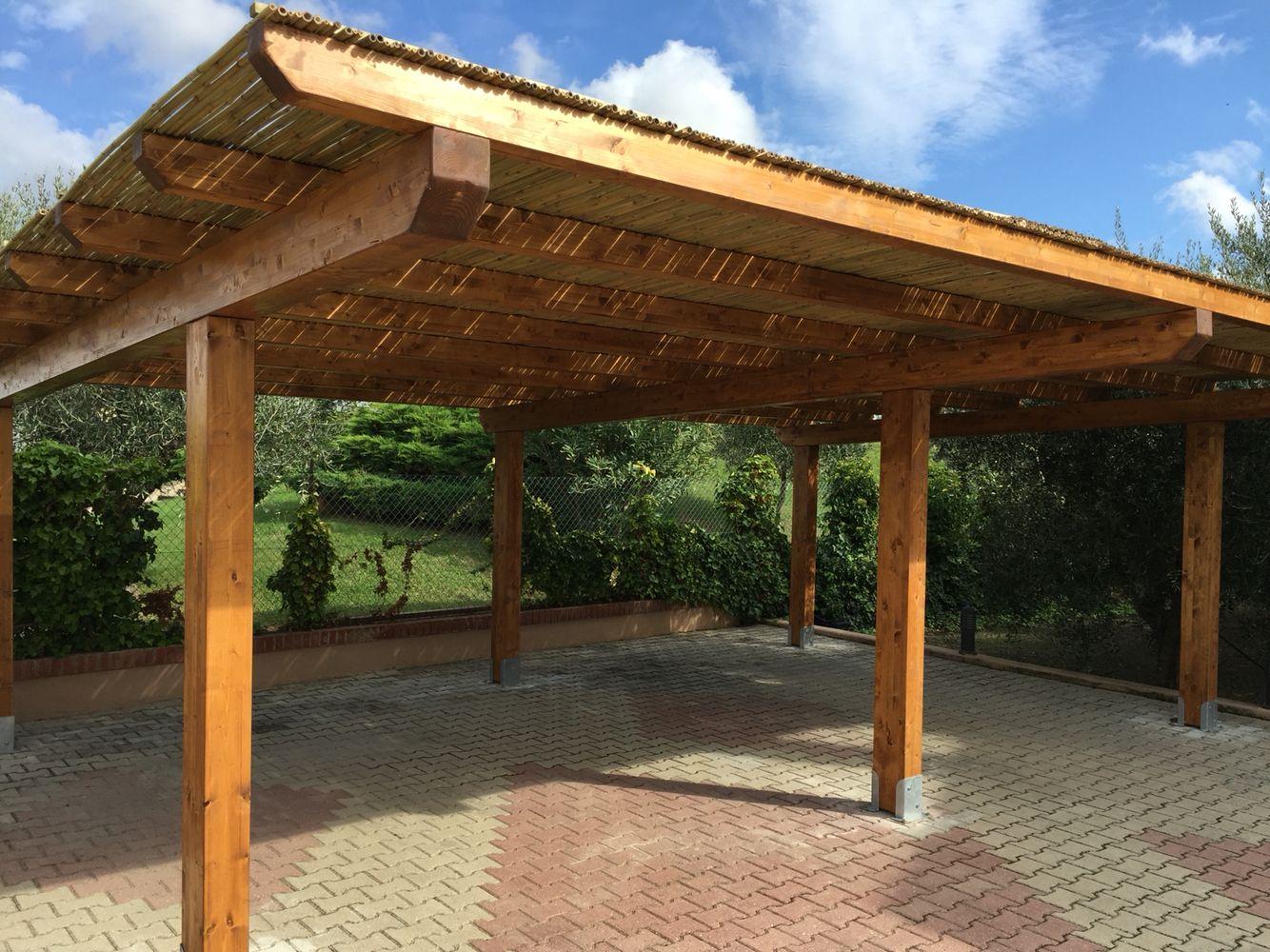 Tettoia per auto con copertura in canne di bamb for Canne di bambu per arredamento