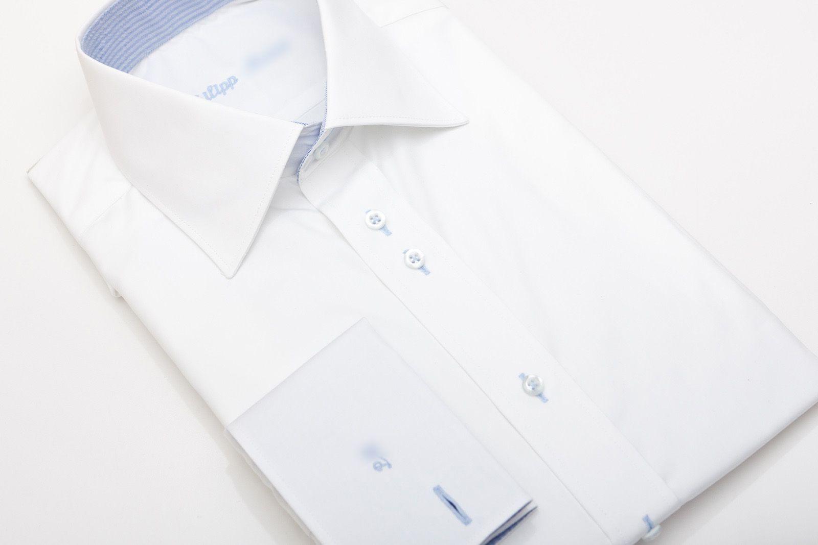 Ein vielseitig einsetzbares Hemd für Beruf und Freizeit: Abgebildet ist hier eine Designvariante aus unserem besonders langlebigen Luxurious-Stoff Montbazon (natürlich auch durch einen weißen Businessstoff austauschbar) und einem blau gestreiften Kontraststoff an Kragen und Manschette. Der blaue Kontrast wird zusätzlich durch hellblaues Garn an den Knopflöchern unterstrichen.
