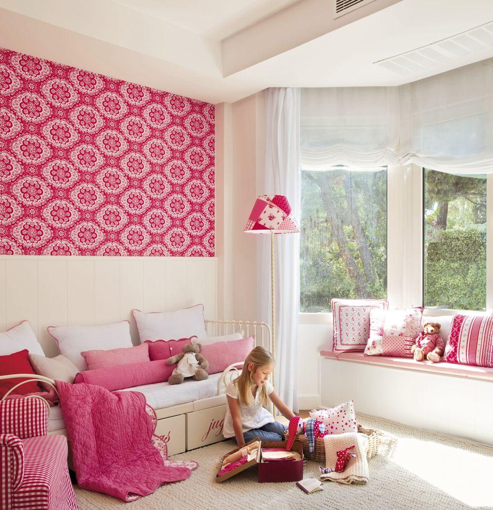 Habitaci n con z calo de madera y papel pintado fucsia for Papel pintado fucsia