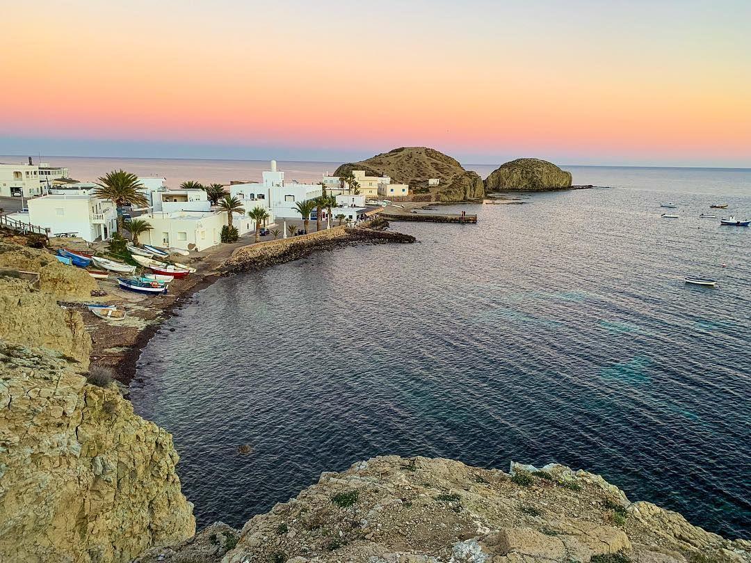Uno De Los Pueblos Más Bonitos De Almería Para Visitar Sin Duda Alguna Es La Isleta Del Moro Pueblo Pesquero Donde Almería Andalucia España Lugares De España