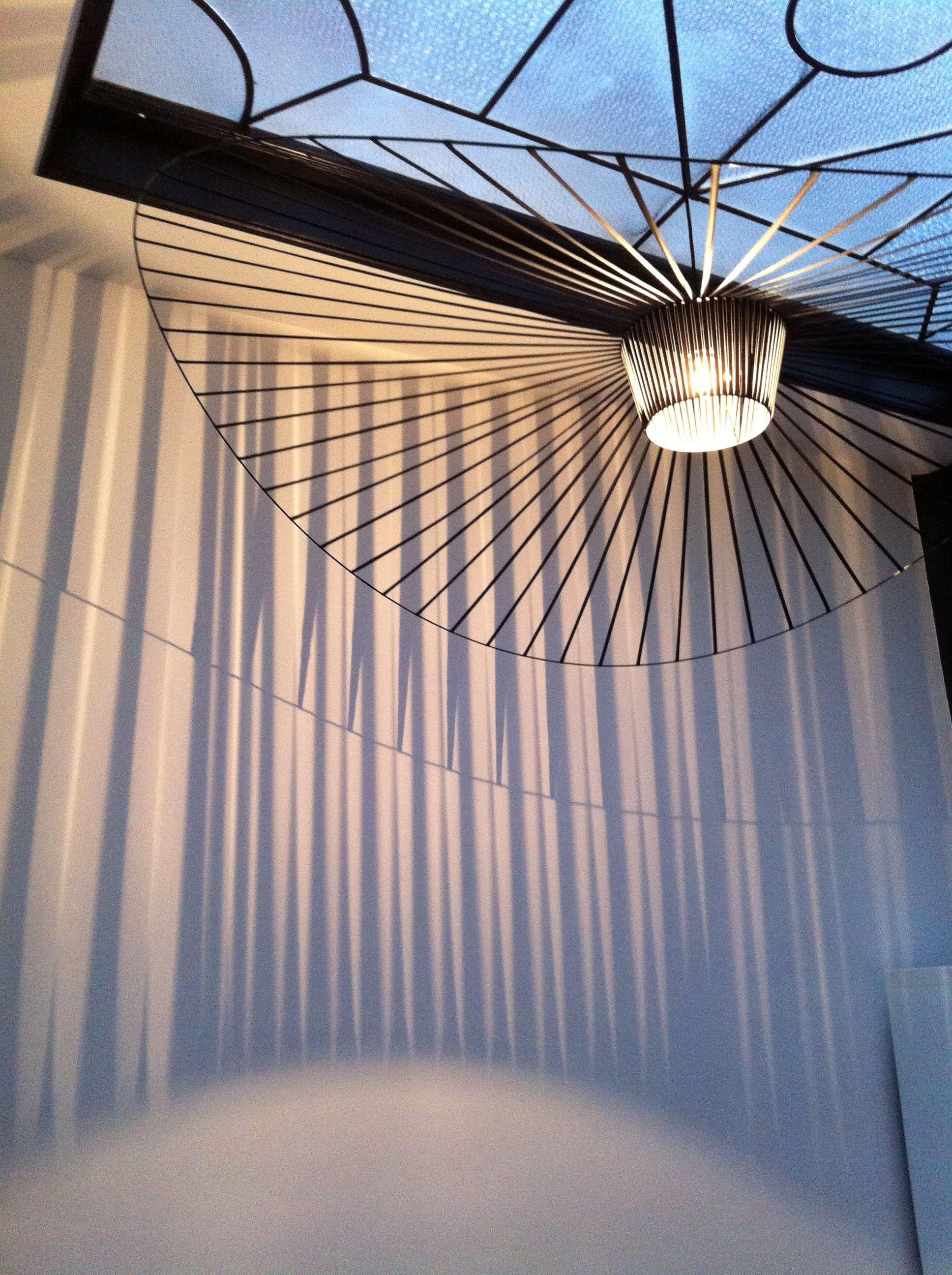 Suspension Grande Vertigo Noire de Petite Friture dans Maison de