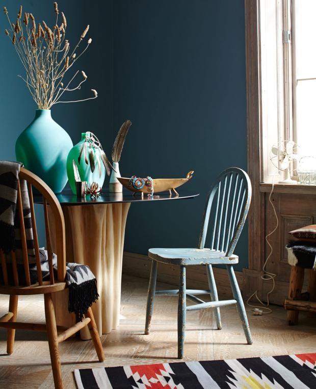 Wände in Petrolblau, Möbel aus Holz und Vasen in Grün | Schlafzimmer ...