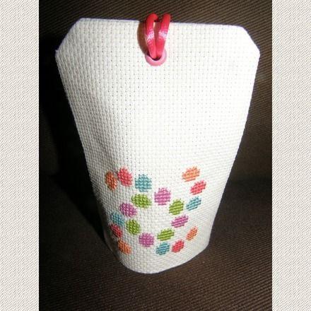 Porte senteur au motif brodé au point de croix à la main. Il s'agit d'un petit coussin où vous glissez un sachet de lavande, menthe, anis, cannelle, ou autre. S'accroche à une  - 11786045