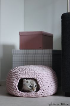 Crochet a DIY cat house by Eilen Tein. English instructions at the end of the post.