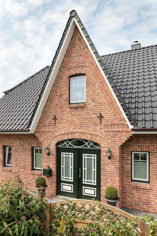 Friesen Giebel mit Klinker Fassade im Landhausstil
