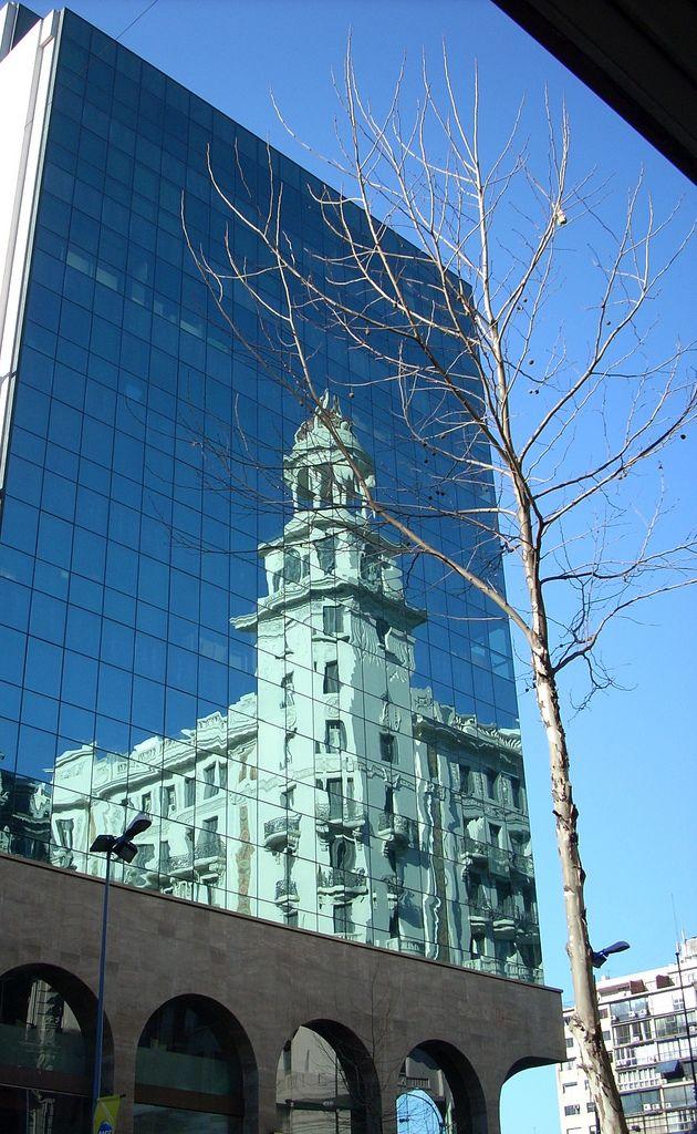Sede Banco Santander Reflejo Del Edifico London Paris Montevideo