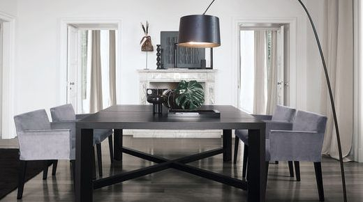 Modernes Esszimmer. Dunkler Boden. Dunkler Tisch.