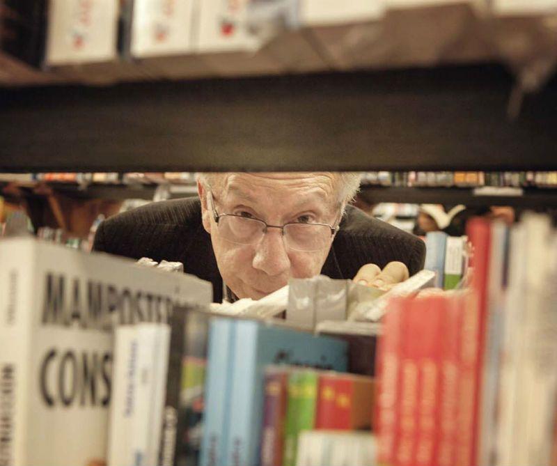 #apctitudes El director de la Librería Nacional, Felipe Ossa, cumple 50 años como librero. Admirador de los libreros jóvenes, sabe que su pasión es algo que cada día será más y más raro.