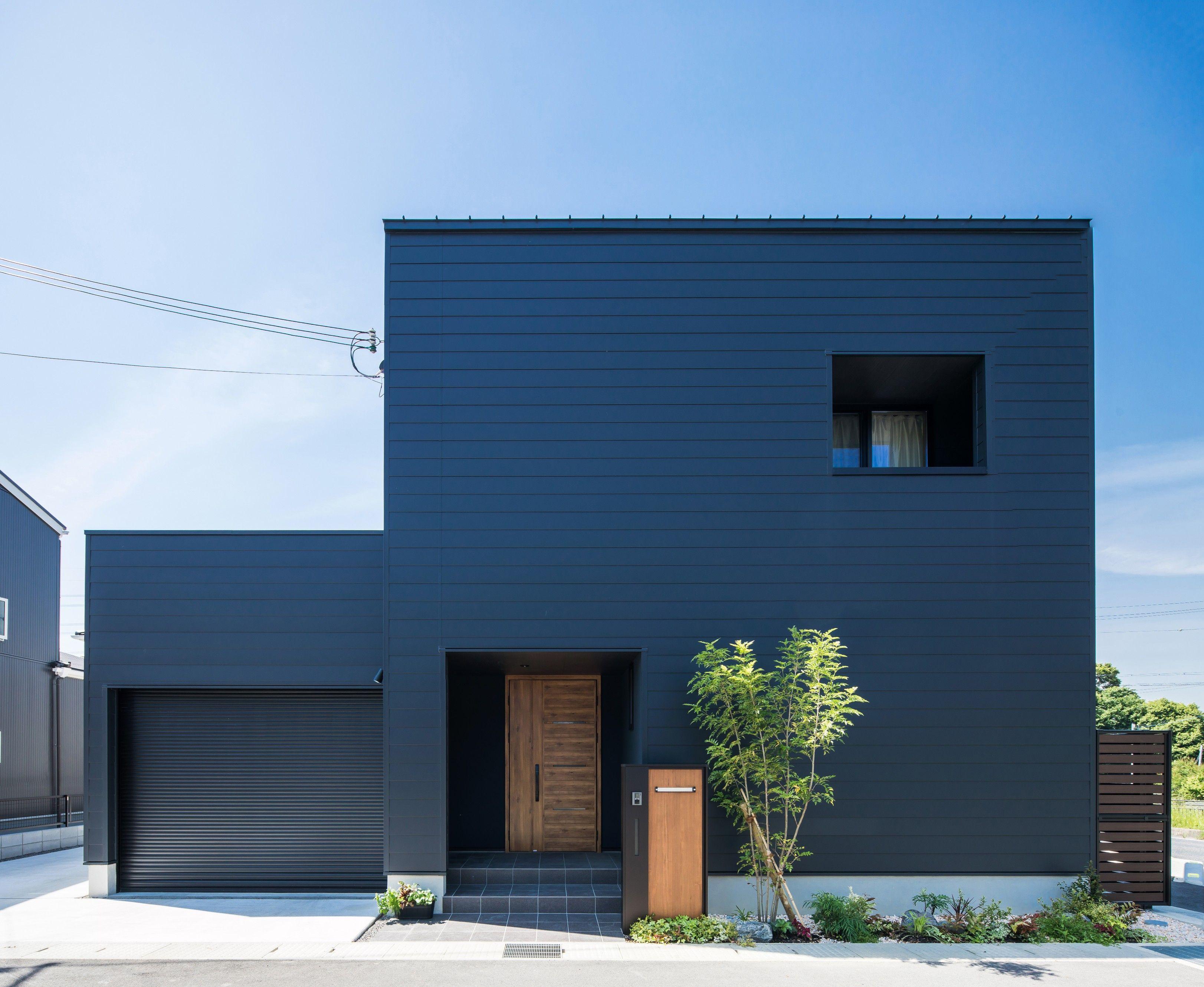存在感のある黒ガルバ横貼りの外観 大小のボックスに 窓 植栽 ドア