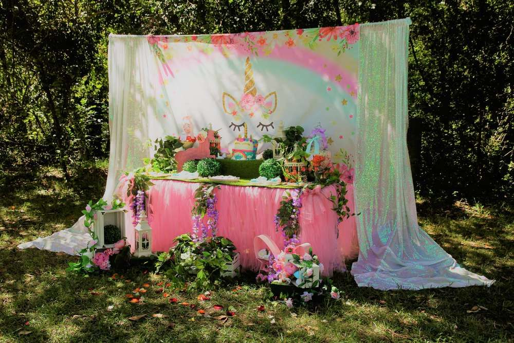 How enchanting is this unicorn garden birthday party?! Love