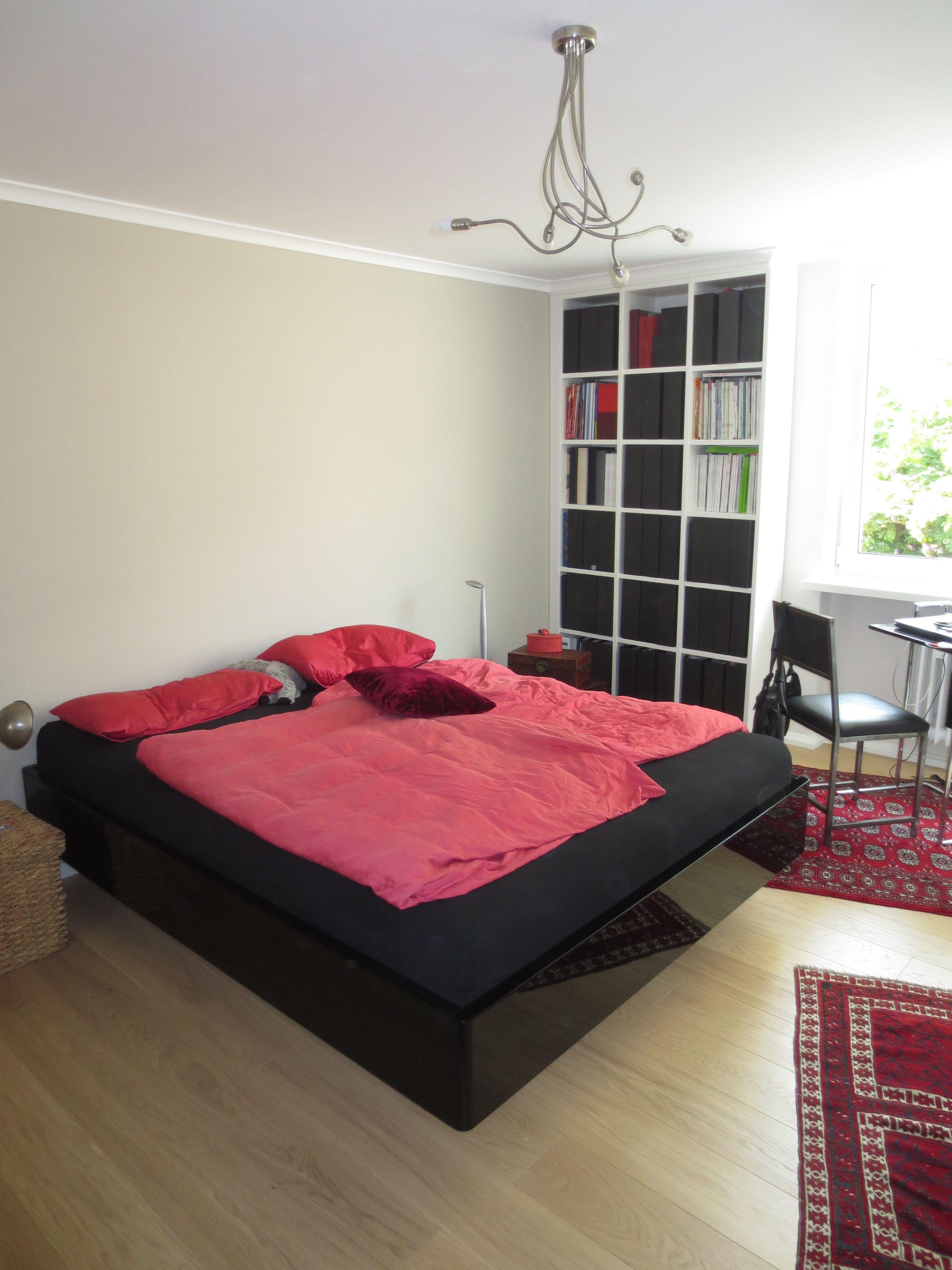 Bett in Hochglanz schwarz
