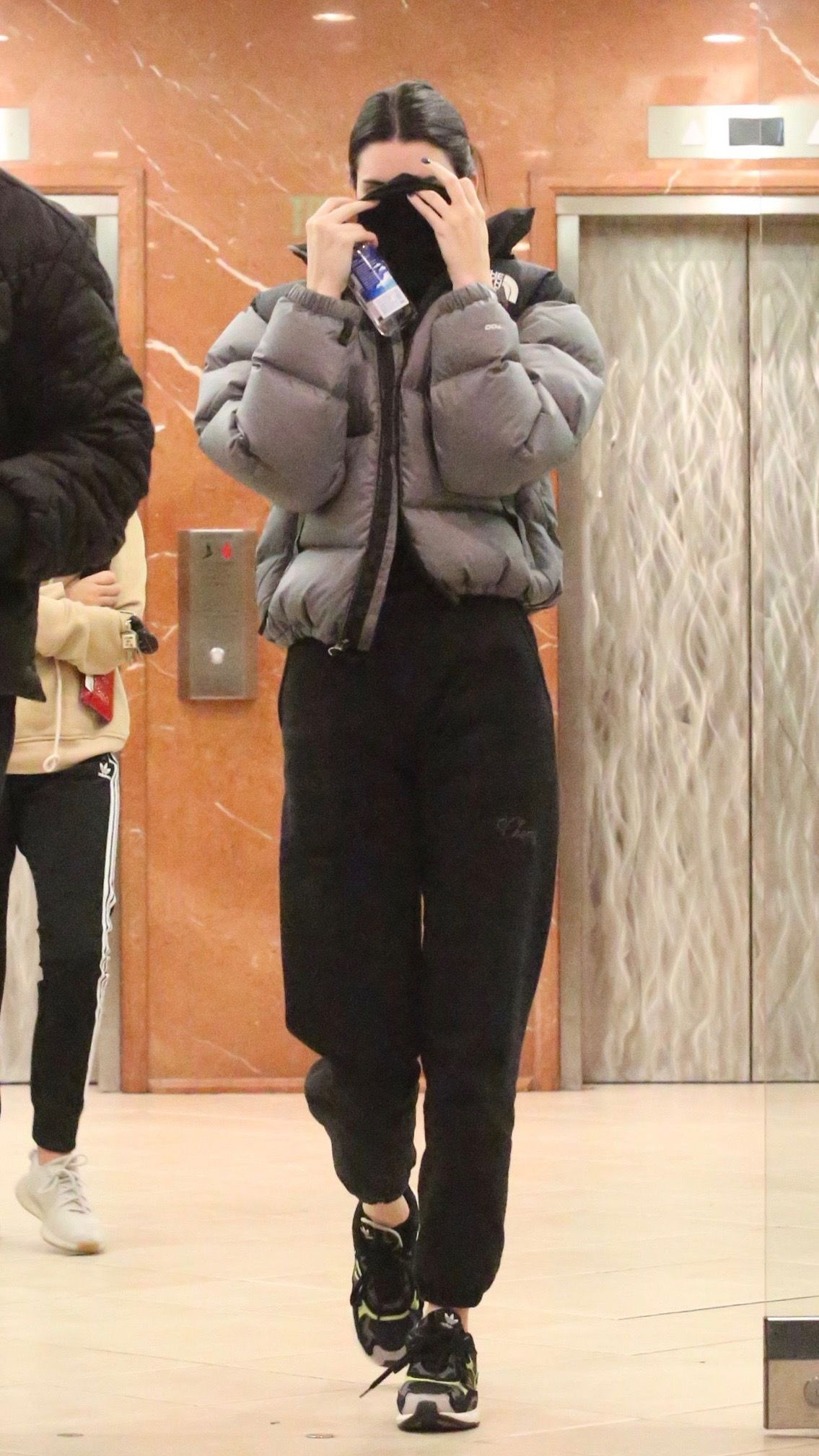 Kendall Outfits On Twitter Kendall Jenner Outfits Casual Puffer Jacket Style Retro Outfits [ 2017 x 1135 Pixel ]