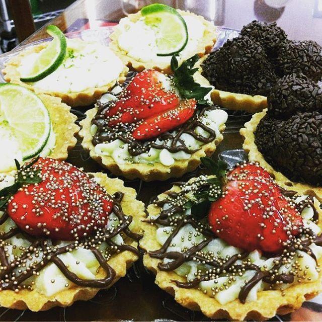 Linha de Mini Tortas saindo hoje à tarde: Ninho com Nutella; Brigadeiro e Limão. Difícil é escolher qual a mais gostosa! #padariamassasecia #dessert #sobremesa #torta #pie #chocolate #nutella #morango #strawberry #limao #lemon #leiteninho