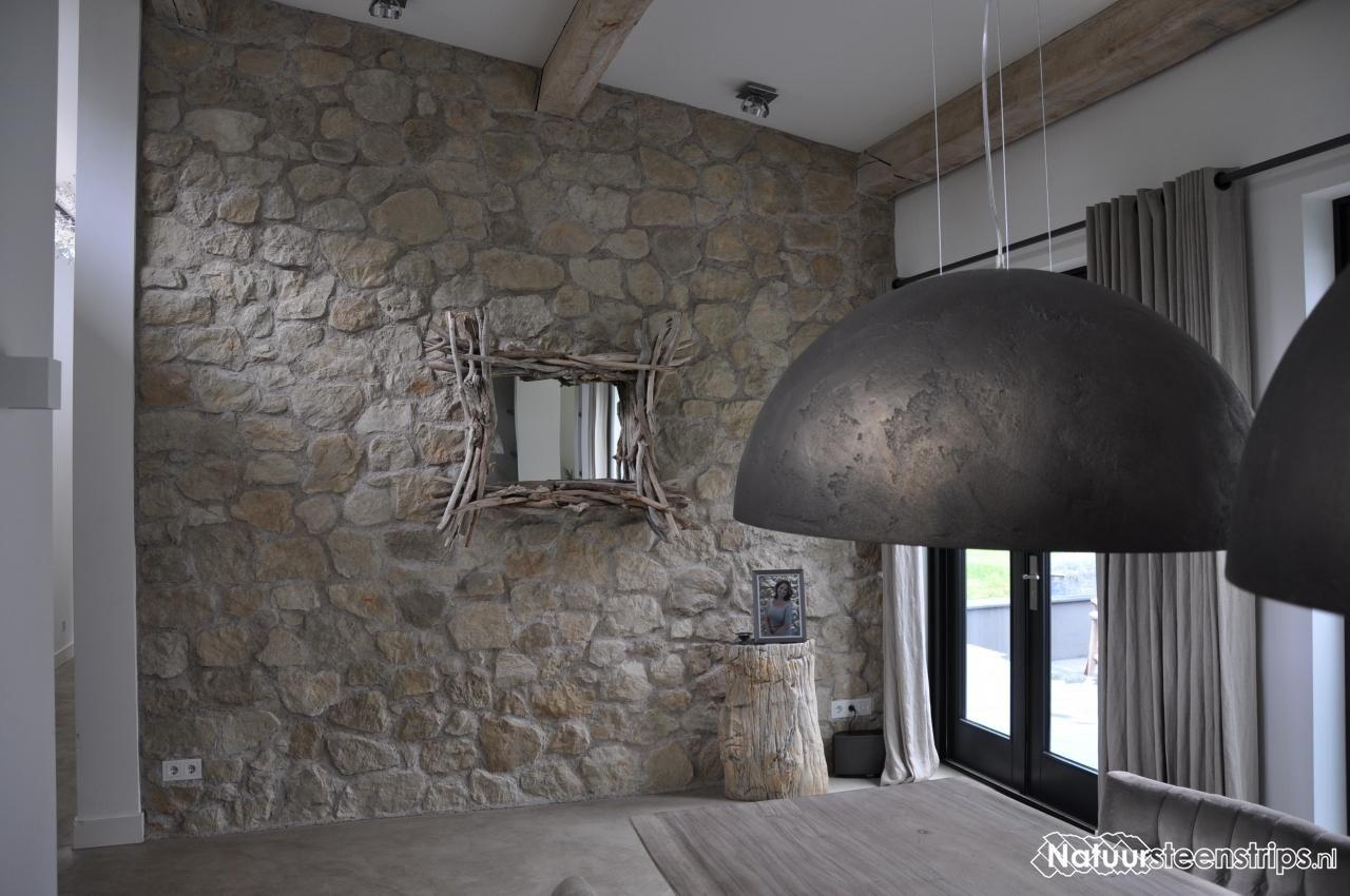 Eetkamer van rene en zoon jesse voorzien van botticino steenstrips