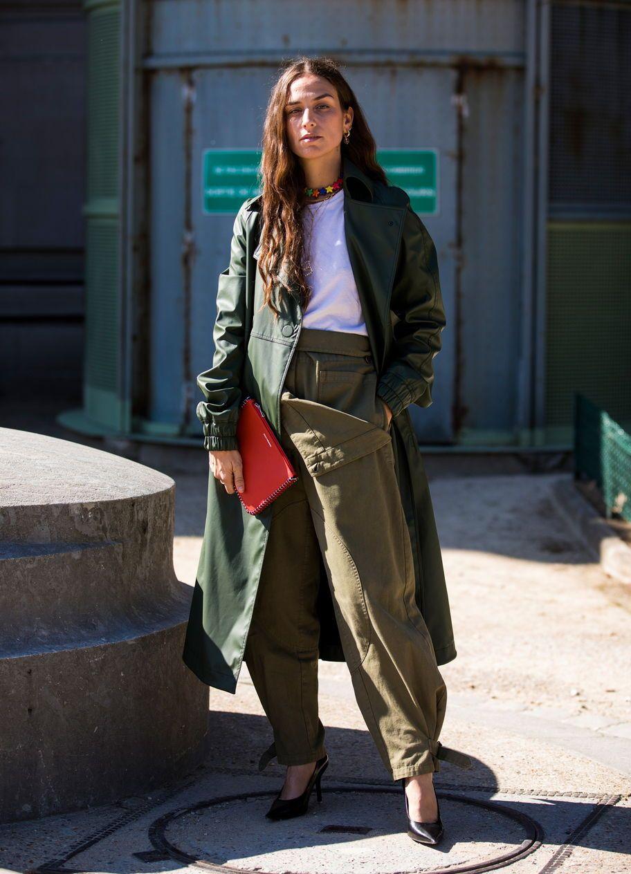 Khaki-Hosen  Die Militärhosen erobern die Straßen der Modemetropolen. So  stylst du sie richtig.  instyle  instylegermany  fashion  khaki  pants   streetstyle ... 7eca8924ed
